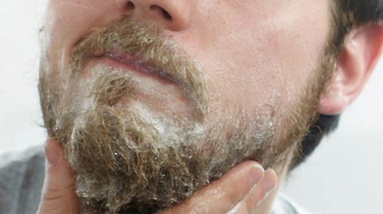 hoemm prenant soin de la barbe