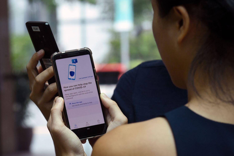 Le personnel du gouvernement de Singapour présente l'application TraceTogether.